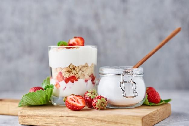 Smoothie com morango de verão em frasco de vidro e frutas frescas