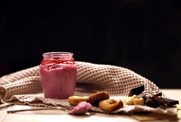 Smoothie cremoso rosa em garrafa com café da manhã com dieta de desintoxicação vegetariana vegan de vegetais frescos