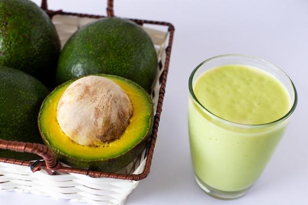 Smoothie de abacate, feito com abacate e leite frescos.