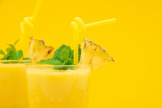 Smoothie de abacaxi bebe nos copos