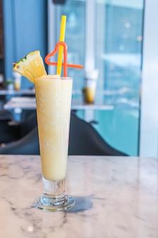 Smoothie de abacaxi em um café