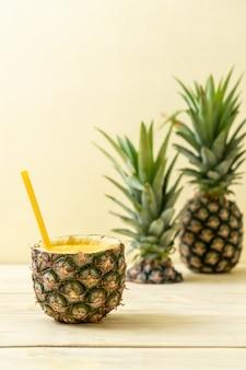 Smoothie de abacaxi fresco na mesa de madeira