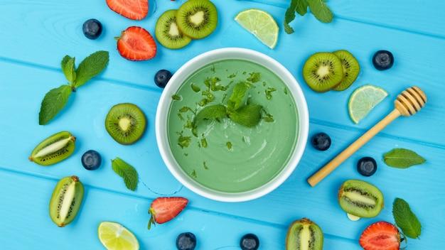 Smoothie de algas com espirulina com bagas de chia e frutas saudáveis.