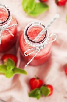 Smoothie de bebida com morangos