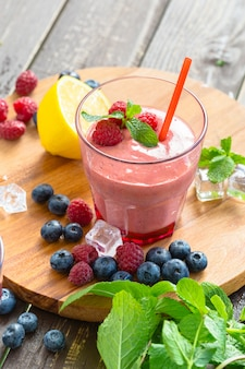 Smoothie de berry com hortelã, mirtilo e framboesa