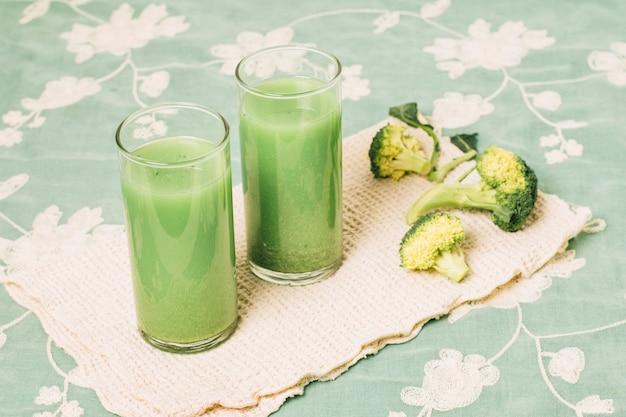 Smoothie de brócolis refrescante de ângulo elevado