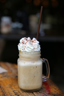Smoothie de café na mesa de madeira