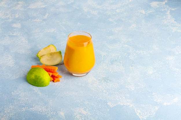 Smoothie de cenoura desintoxicação nutritiva e alimentos fatiados