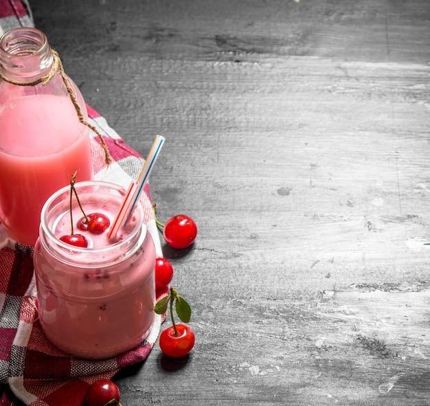 Smoothie de cereja com milkshake no quadro negro.