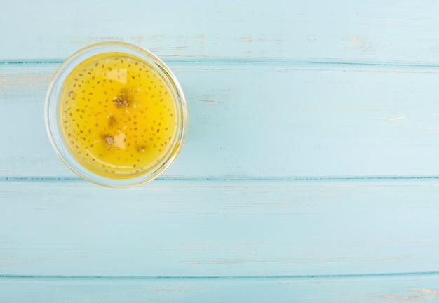 Smoothie de citros orgânico sobre fundo azul de madeira