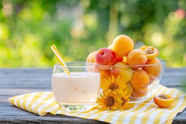 Smoothie de damasco ou iogurte com damascos na mesa de madeira