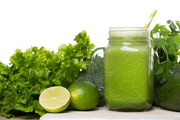Smoothie de desintoxicação verde. receitas de batidos para uma rápida perda de peso