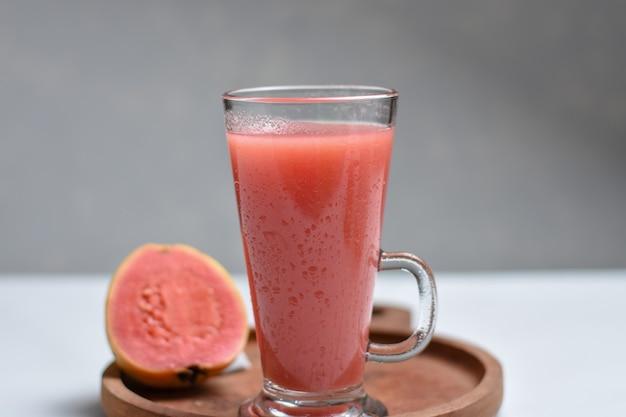 Smoothie de goiaba vermelha suco em vidro o nome indiano desta fruta é amrud jaam ou peru