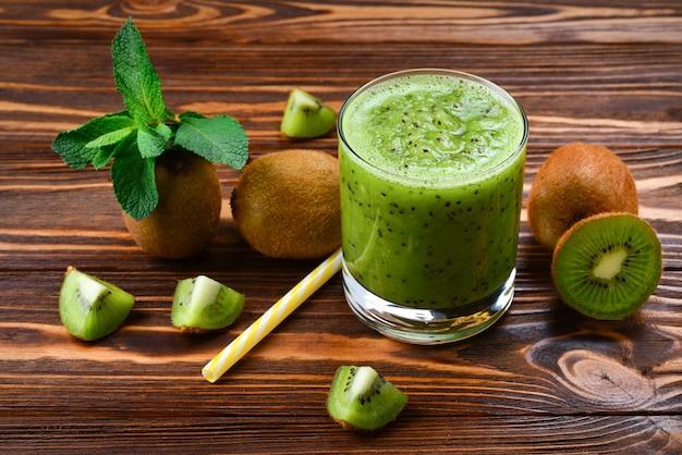 Smoothie de kiwi fresco e saudável em copo
