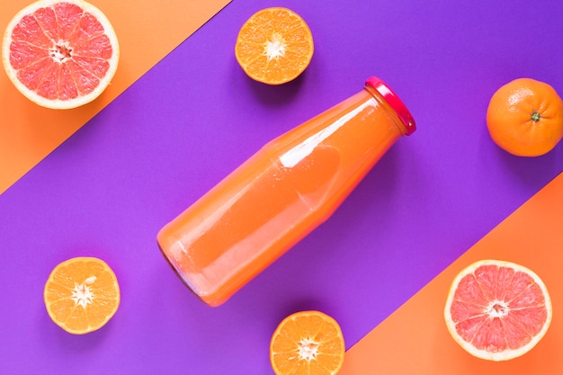 Smoothie de laranja fresco plana leigos em garrafa
