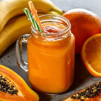 Smoothie de mamão, foco seletivo. desintoxicação, dieta alimentar, comida vegetariana, conceito de alimentação saudável.