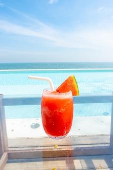 Smoothie de melancia com piscina e mar