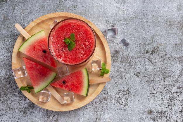 Smoothie de melancia gelada em fundo escuro
