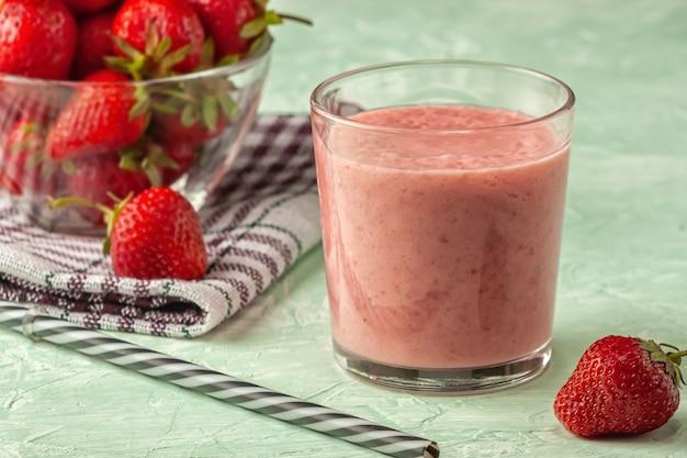 Smoothie de morango com leite em um copo, alimentação saudável no café da manhã e lanches