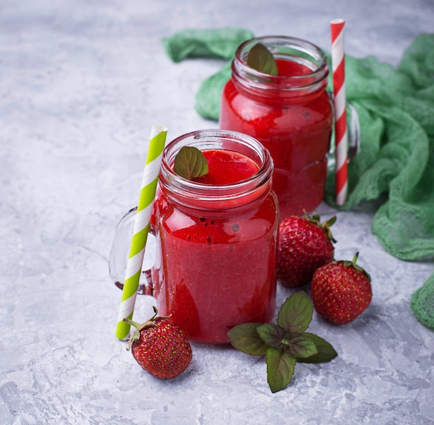 Smoothie de morango em frascos de vidro. foco seletivo. imagem quadrada