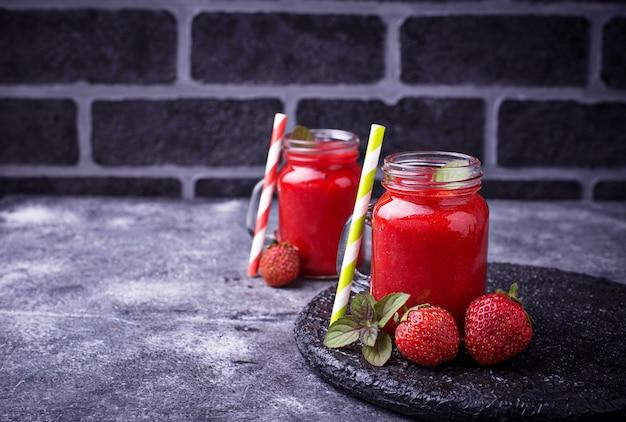 Smoothie de morango em frascos de vidro. foco seletivo