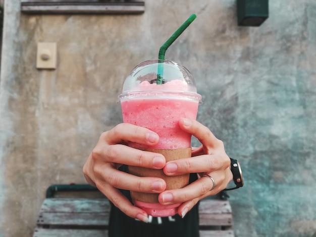 Smoothie de morango na mão