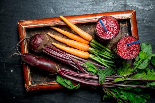 Smoothie de vegetais com beterraba e cenoura em fundo preto