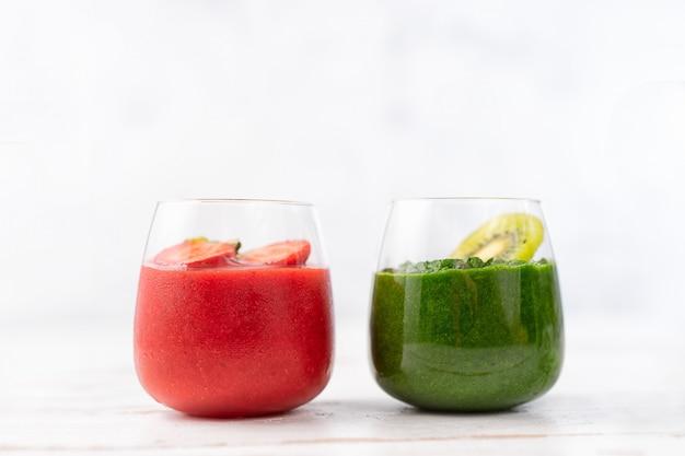 Smoothie de vermelho e verde colorido em dois copos