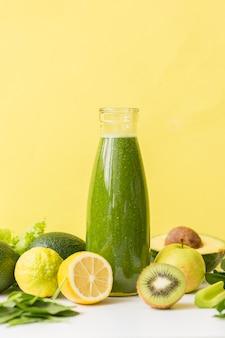 Smoothie de vista frontal com kiwi e limão
