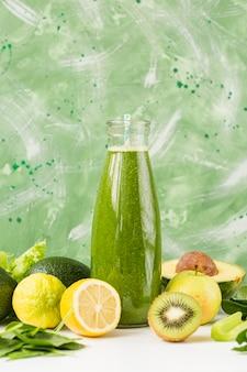 Smoothie de vista frontal com limão e kiwi