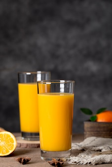 Smoothie de vista frontal laranja em copos