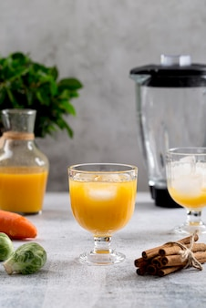 Smoothie de vista frontal laranja na mesa