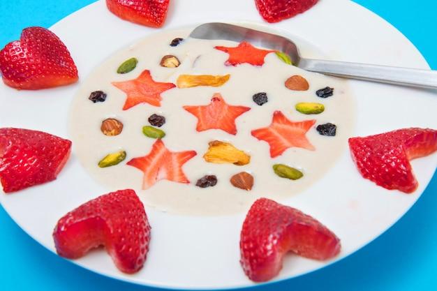 Smoothie delicioso com coração de morango e estrelas