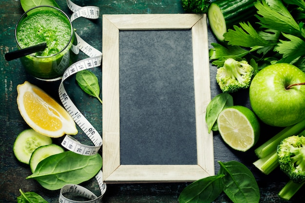 Smoothie e legumes verdes frescos