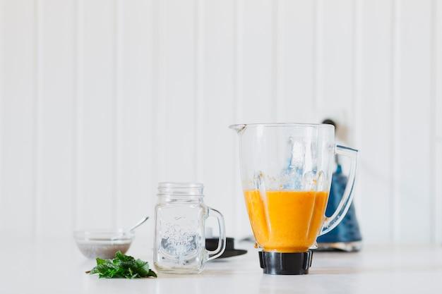 Smoothie em liquidificador perto de jar