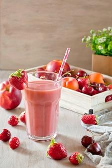 Smoothie fresco feito de frutas de verão