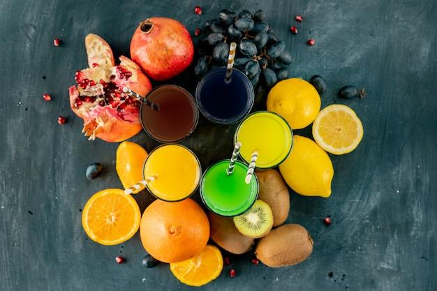 Smoothie fresco frio espremido a partir de diferentes frutas tropicais exóticas, como uvas kiwi limão laranja e granadas