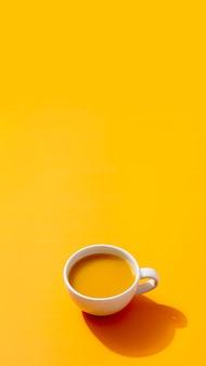Smoothie fresco sobre fundo amarelo