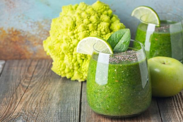 Smoothie saudável fresco verde. conceito de desintoxicação de dieta.