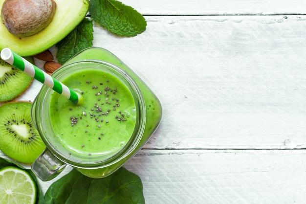 Smoothie saudável verde com abacate, espinafre, kiwi, limão e chi