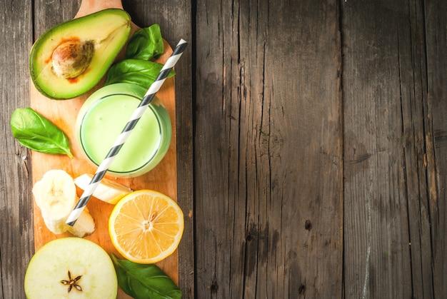 Smoothie verde com abacate