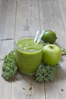 Smoothie verde com couve, maçã e limão