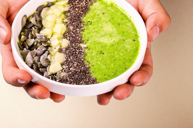 Smoothie verde com sementes de chia.