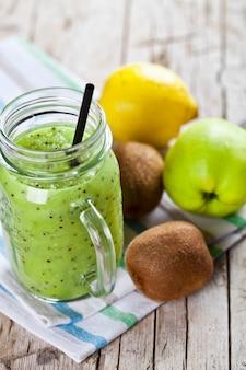 Smoothie verde com sementes de kiwi, maçã, limão e chia.
