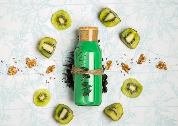 Smoothie verde com sementes de nozes e kiwi