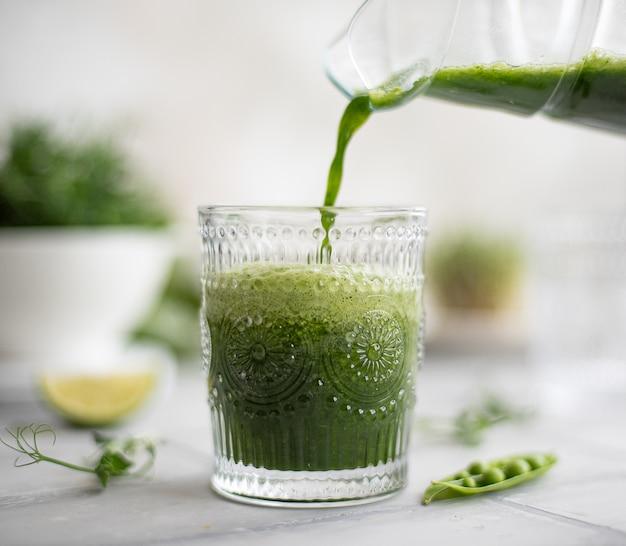 Smoothie verde com verduras frescas e limão