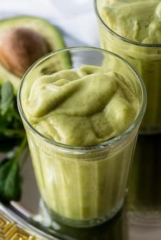Smoothie verde de ângulo alto com abacate