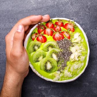 Smoothie verde de desintoxicação. sobremesa doce de verão.