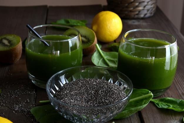 Smoothie verde de kiwi, espinafre, pêra e limão, sementes de chia