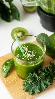 Smoothie verde delicioso de ângulo alto